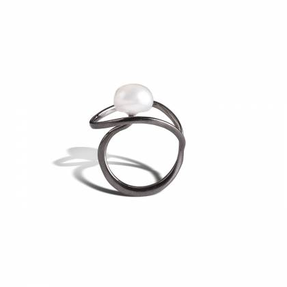 Tulip ring with pearl