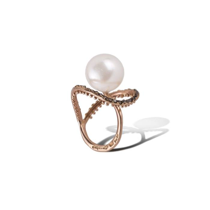 Ring in 18k rose gold with black diamonds 0.22ct and an Australian white pearl.